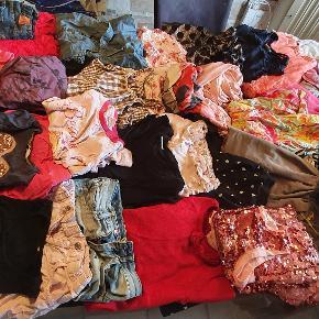 Tøjpakke, 35 stk tøj :) Masser af kjoler, nederdele, bluser, shorts, og en masse andet. Der er lidt blandet str. Byd!