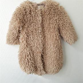 bb6c3d26 Brand: Mayoral Chic Varetype: Fed fluffy jakke Størrelse: 8 år Farve:  Lysbeige
