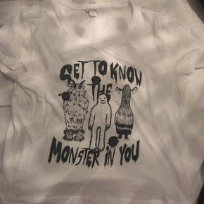 """Super fed, hvid t-shirt fra Monki i str M med print og teksten: """"Get to know the monster in you"""". Standen er næsten som ny, da jeg kun har brugt den et par gange. Normal i størrelsen.   Nyprisen var ca. 150 kr.  Hvis den skal sendes, betaler køber fragt.   Mvh Betina Thy"""