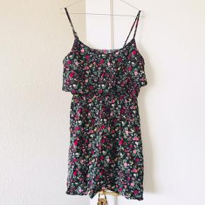 Super flot kjole fra H&M x Coachella ✌🏼🌈  smuk blomstret mønster i sort med pink og lyserøde blomster 🌸 brugt men pæn stand! Der står str. 44 i den, men jeg synes den svarer fint til en str. L, den sidder pænt på mig uden at stramme 🌷   Bemærk - afhentes ved Harald Jensens plads eller sendes med dao. Bytter ikke 🌸  ⭐️ Kjole blomster blomstret pink lyserød sommerkjole