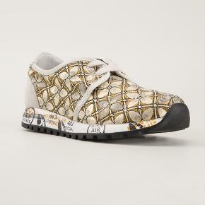 Str. 37 Helt nye sneakers, kun prøvet på, købt for små. Nypris 1900 kr (278 dollars), købt i USA, kan derfor ikke byttes. Perfekt stand.