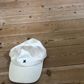 Hvid kasket / cap  Fejler intet, udover at der er lidt utydelige pletter på bagsiden(se billede 2) men det er ikke noget man ser, og eller kan det tages væk med vanish:) derfor den billige pris