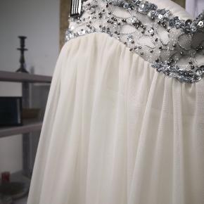 Råhvid kjole i det blødeste stof og med et inderstof. Der er elastik for oven ☺️