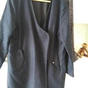 Varetype: jakke Størrelse: M/38-40-42 Farve: Mørkeblå Oprindelig købspris: 2500 kr. Prisen angivet er inklusiv forsendelse.  jeg betaler storbrev porto !