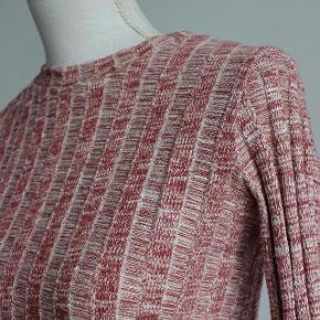 Den eftertragtede RIB-strik-trøje fra Zara. I rigtig god stand.  Materiale: 73% Bomuld 27% Polyester  Kan hentes i Brabrand (Gellerup) eller sendes på købers regning - også mulighed for at mødes i Århus C.  Skriv endelig, hvis du har spørgsmål til produktet :-)