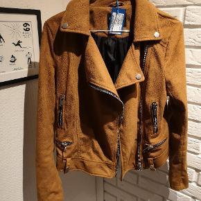 Sælger denne fine brunlige ruskinds jakke lignende med lynlåse knapper fra Fb Sister i str. XS. Den er brugt en smule og båndet mangler og andre brugsspor kan forekomme.