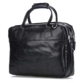 Sælger denne super fine, Royal Republiq taske. Den er meget praktisk, da den har 2 store rum, hvoraf i det ene rum, kan der være en bærbar op til 16'', hvis man vil benytte dette til sin bærbar, ellers har den også små lommer inde i tasken, så det er let at skabe sig et overblik over, hvad man har i tasken.  Der medfølger naturligvis en skulderstrop til tasken.  Tasken er helt nyt, derfor aldrig brugt.  Normalpris 1500.-  Mål: 41*29*12 Normalpris: 1500.- Sælges til 1200.- inkl. fragt.