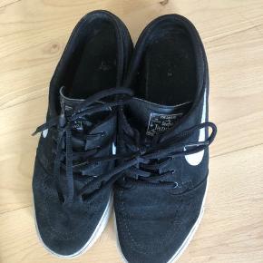 Nike sneakers i str. 40, brugt en del og er lidt beskidte, men ellers i pæn stand🦋