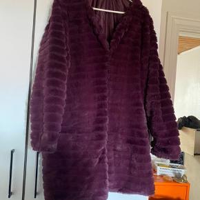 """Zhenzi, Storpige str L. Brugt få gange, men en af hægterne til at lukke jakken er desværre faldet af, (ses ikke og har ikke særlig stor betydning) Farven hedder """"plum"""".  🌸 super smuk overgangsjakke.  🌸 blød og dejlig at have på  Obs! Køber betaler jo selfølgelig Porto.  Sender altid med dao"""