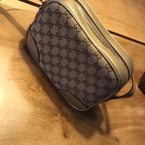 Jeg sælger min Gucci taske i meget fin stand, uden ridser og slitage. Det er en udgået model som er købt i Tyskland i oktober 2016. Alt medfølger fra købet, inkl. kvittering.  Måler 22x17x7 cm.   BYD gerne 😊