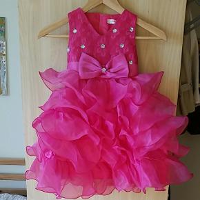Bedårende balkjole. Eller til prinsesse udklædning eller fest? 4-5 år