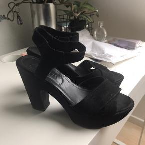 Sælger disse sko fra gardenia, np var 1300kr De er brugt en del og har brugspor, men ikke noget man ser når de er i brug Skriv evt for billeder  Mp 200kr ekslusivt fragt