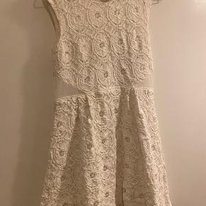Fin kort kjole fra Kimchi Blue købt hos Urban Outfitters. God men brugt stand. Bud fra 100 kr pp. Bytter ikke. Kan afhentes på Frederiksberg.