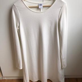 Vero mode babydoll dress, stoffet er elastisk, brugt enkelt gang, kommer fra røgfrit hjem. :)