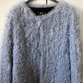 Helt ny jakke i lammepels. farven er en blanding af lyseblå og lysegrå. meget lækker