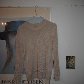 Lyserød/nude glimmertrøje.