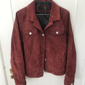 Sælger min suede jacket fra MEOTINE. Kort ruskindsjakke med lommer på brystet og lange ærmer. Jakken lukkes med knapper ned foran. Kan også passes af en str. M.
