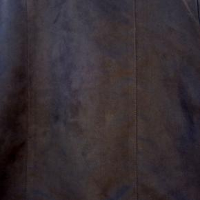 flot kort ruskindsligende jakke i polyester. BRYSTVIDDE:46*2 CM LÆNGDE:48 CM BRUGT TO GANGE