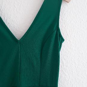 Grøn skaterdress fra h&m, måler 80 cm 🌸 Den passes også fint af en small!