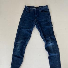 Bukserne er i fin stand, men har tegn på slid, som kan ses på billede 2
