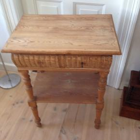 Fint lille fyrtræsbord med 2 skuffer og under hylde.  H 79 L 58 D 42 cm.