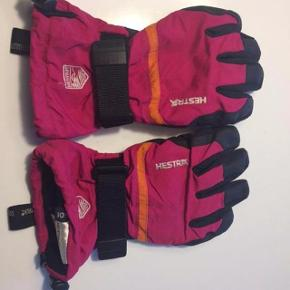 Brand: Hestra Varetype: Lækre handsker Størrelse: 6 Lækre ski finger handsker med gummibelægning, velcro og regulerbar tropper ved håndled.