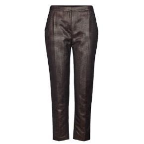 Smukke bukser fra Day, str. 36, aldrig brugt. Skinnende finish i mørkegrønne og rust farver. Nypris 2500kr   Prisen er fast, jeg bytter ikke og sender kun på købers regning ☺️