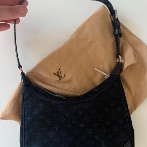 Lille fin Louis Vuttion vintage taske, købt i Butik Ø i Næstved sommeren 2019. Da jeg ikke får den brugt så meget som ønsket - tænker jeg den skal have en ny ejer. Der medfølger dustbag. Standen er god men brugt, målene er ca L:19 cm H:14cm
