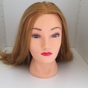 Håret er 43 cm fra hovedbund til spids. Der følger en holder med så den kan sættes fast på bordet. Mener ny pris var omkring 400kr. Skriv PB for mere info eller omkring pris:) Køber betaler fragt