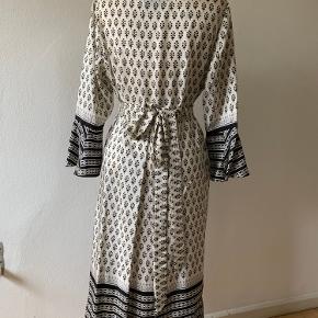 Flot kjole i silke. Størrelsen er 42, men virker som mere størrelse 40. Der underkjole, der hører med. Begge i rigtig flot, ubrugt stand.