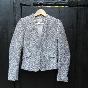 Højtaljet og faconsyet blazer i retro stil. 400 kr fra ny.