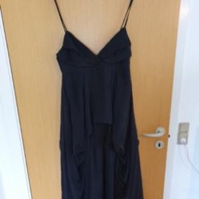 En meget flot kjole i 100% silke. Så fås det vist ikke bedre. Ren luksus😊🌸  Ønsker betaling direkte via mobilepay😊