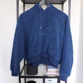 """Blå """"Teddy"""" hoodie fra Monki"""