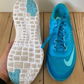 Turkis Nike sportssko str. 39. Brugt få gange, men fejler intet.   Bytter ikke, men byd gerne.