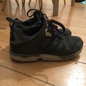 SÆLGES TIL 100 KR!!! Np: 1000 kr. Overvejer at sælge mine Adidas sneakers. Sælger hvis rette bud kommer!  Fejler absolut intet.