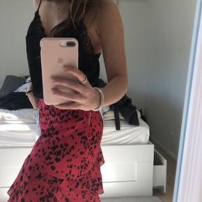 Sælger min røde nederdel fra vila Flot mønster lign leopard i sort  Passer en str small