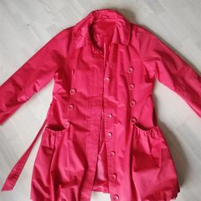 Brand: Unit Varetype: Sommerjakke Farve: Rød  Super lækker jakke, der mangler desværre en knap (se billede)  Sendes kun som pakkepost med DAO.