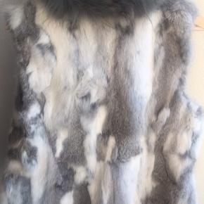 Den smukkeste og lækreste vest fra Ella Copenhagen, lavet af 100% kaninpels sælges 😍 🌸 Str: S/M  Farve: Hvid/Grå  #30dayssellout Stand: Aldrig brugt
