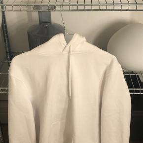 basic hvid hoodie fra hm mande afdeling, str xs fitter også s.  kostede 180 fra ny meget god stand
