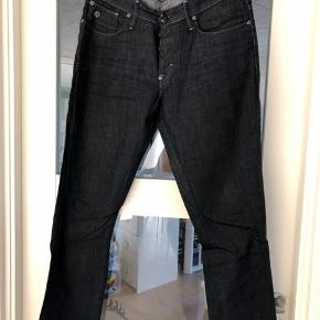 Fede G-Star Raw jeans i 33/32 i fast stof. Har været på et par gange og fejler intet. Byd!