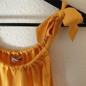 Top fra Only, let og luftig, justerbare stropper.  Prisen er ekskl. forsendelse.