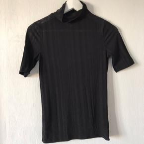 Sælger denne tynde bluse fra Envii i en str. XS. Den er lavet af 88% polyester og 12% viskose og føles som et mesh lignende materiale. Perfekt under en sweater, da den går lidt op i halsen. Sælges for 50,- Købes flere annoncer sammen kan vi arrangere mængderabat:))