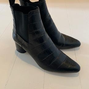 """Fine ankelstøvler i """"krokodille""""-lignende materiale"""