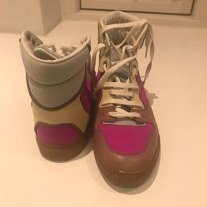 Rigtig fine Balenciaga sneaks i str.37.  Det ene snørebånd har lidt mørk mærke, men ellers er skoene i fin stand👌🏻 Har ikke æsken mere.