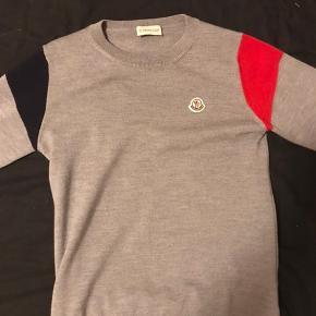 Sælger min Moncler trøje fordi jeg ikke bruger den mere. Den er næsten ny, er brugt 5 gange. Den er størrelse XS men passer også S Der medfølger kvit og alt OG MP: 1000kr