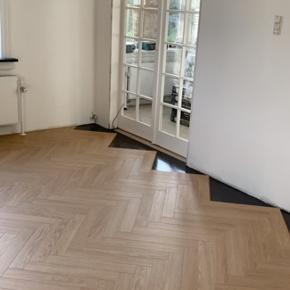 Vi sælger det resterende af vores sildebens laminat gulv fra berry alloc samt underlag Navnet på gulvet er:  charme light natural (40 kvadratmeter)  Navnet på underlag: slient Pro (20 kvadratmeter)  Det hele er købt hos flottegulve   Ny pris 258 pr kvadratmeter, kom gerne med bud 😊