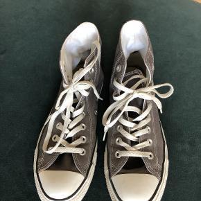 Flotte, mørkegrå sneakers støvler fra Converse. Indvendig længde er 26 cm.