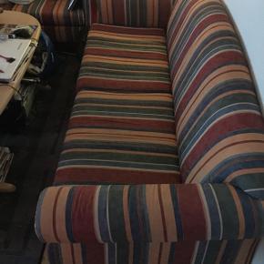Pæne og velholdt sofa sæt. Sofa L 193 x B 85 x H 40. 3 Pers. 1500 kr. Sofa L 153 x B 85 x H 40. 2 Pers. 1000 kr.   Pris for det ved købe af sættet 1800 kr.  Køber hente selv.