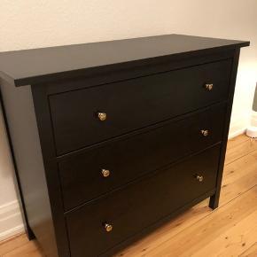 HEMNES kommode fra IKEA. Købt for to måneder siden og fremstår fuldkommen som ny. Kommoden har 3 skuffer.  Kommoden måler 108 x 96 cm.