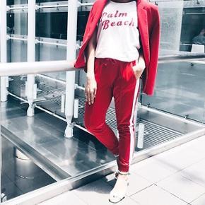 Sælger disse super cool røde track-ish bukser med hvid streg. De er brugt meget få gange, og er næsten så god som ny😊